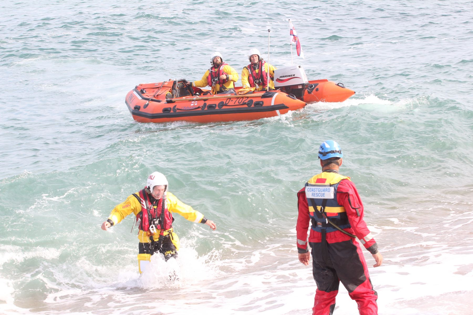 Dart lifeboat crewman swims ashore to liaise with the Coastguard