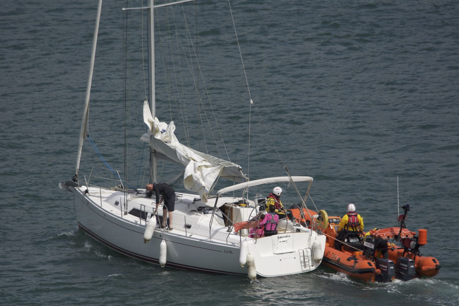 37ft yacht under tow after having been plucked from the rocks